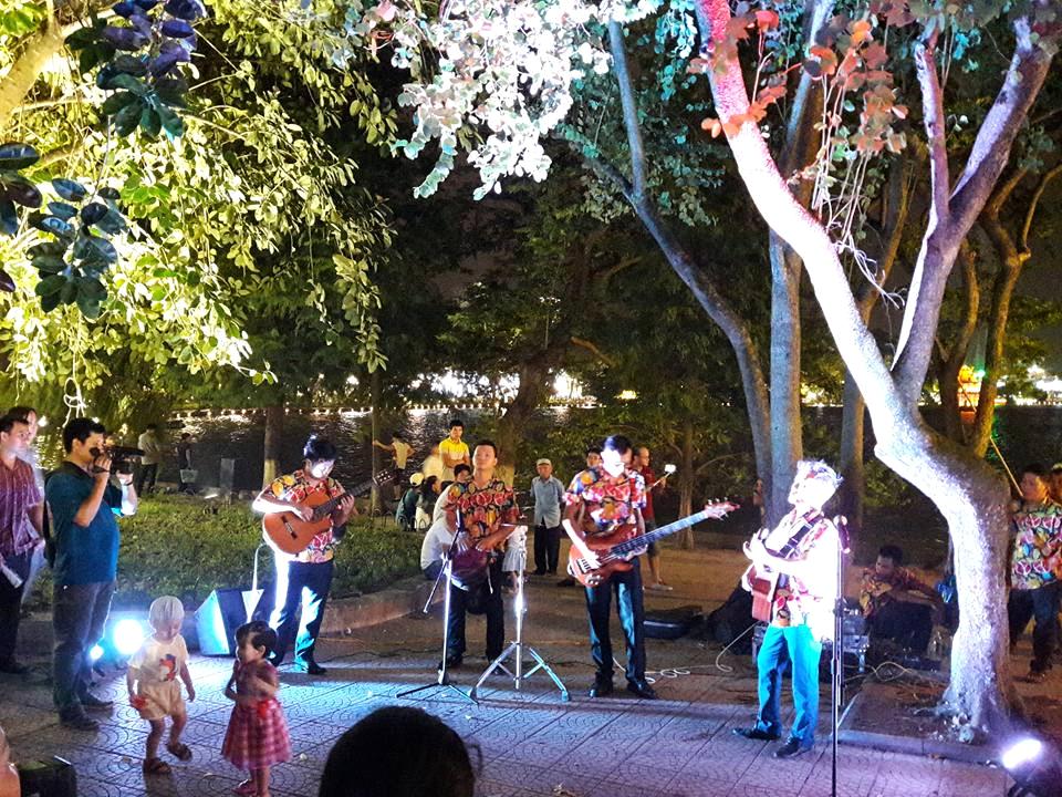 Biểu diễn ca nhạc ở phố đi bộ Hà Nội