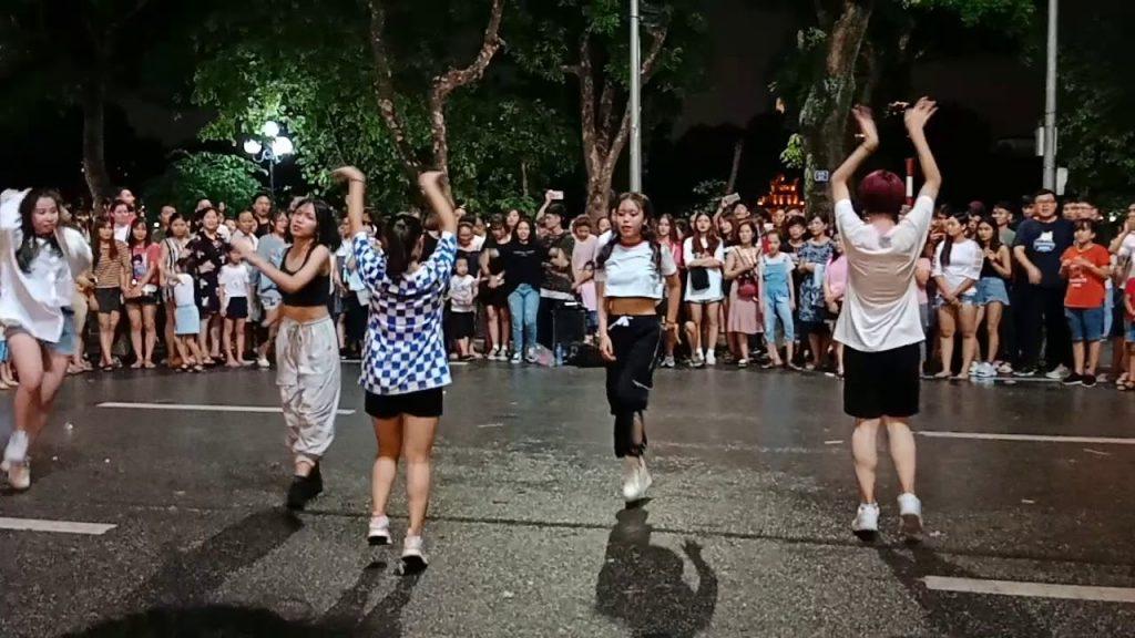 Nhảy flashmod trên phố đi bộ Hồ Gươm