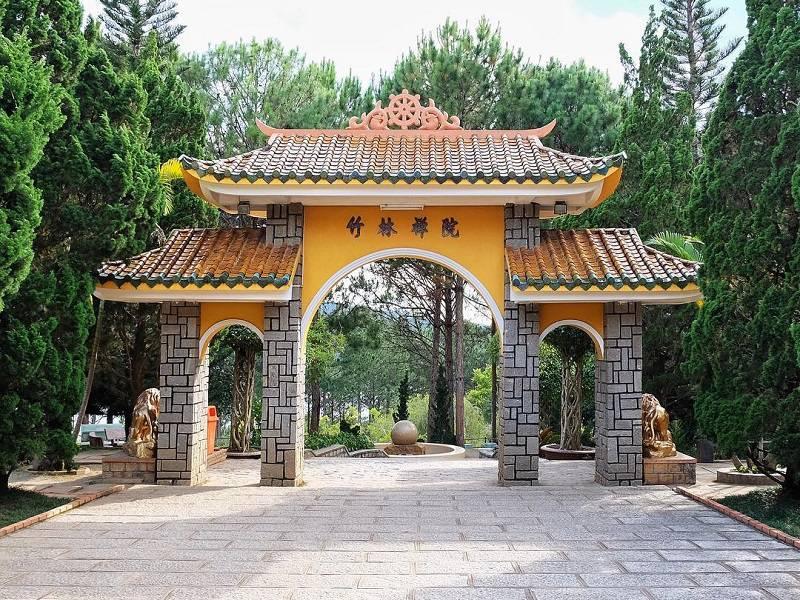 Cổng Tam Quan dẫn vào thiền viện Trúc Lâm Đà Lạt