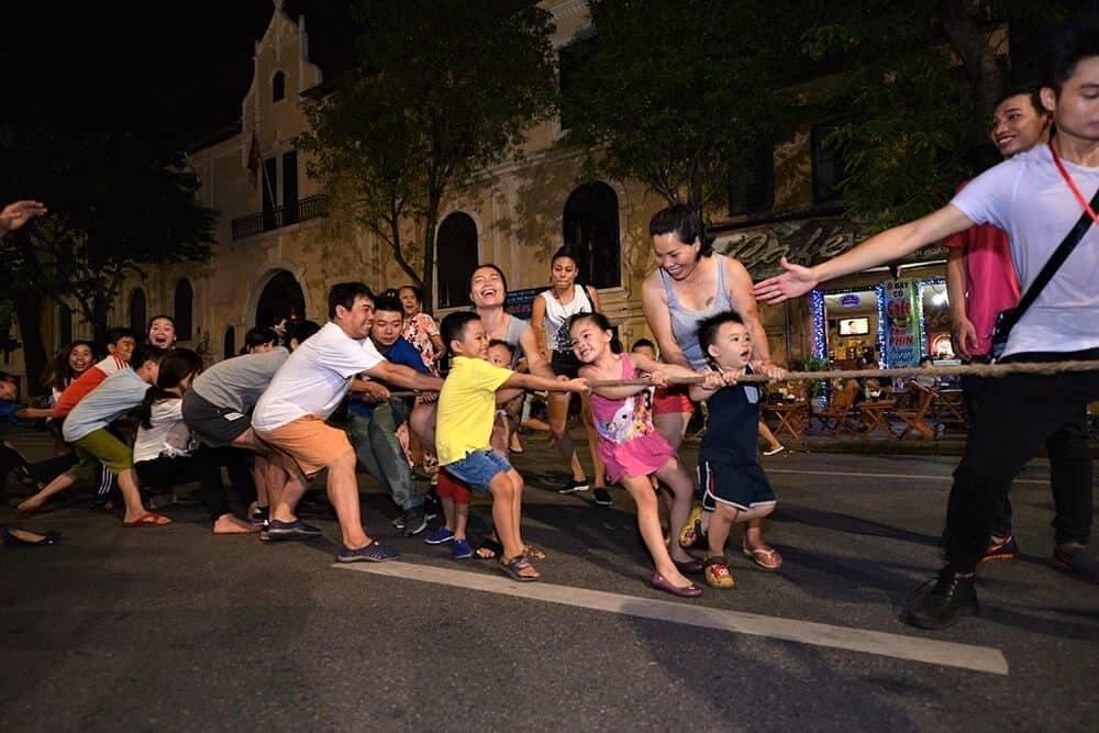 Trò chơi kéo co ở phố đi bộ Hà Nội